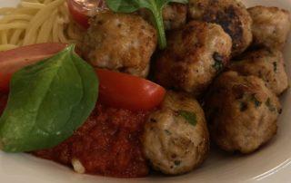 Kycklingbullar med basilika, västerbottenost och pasta