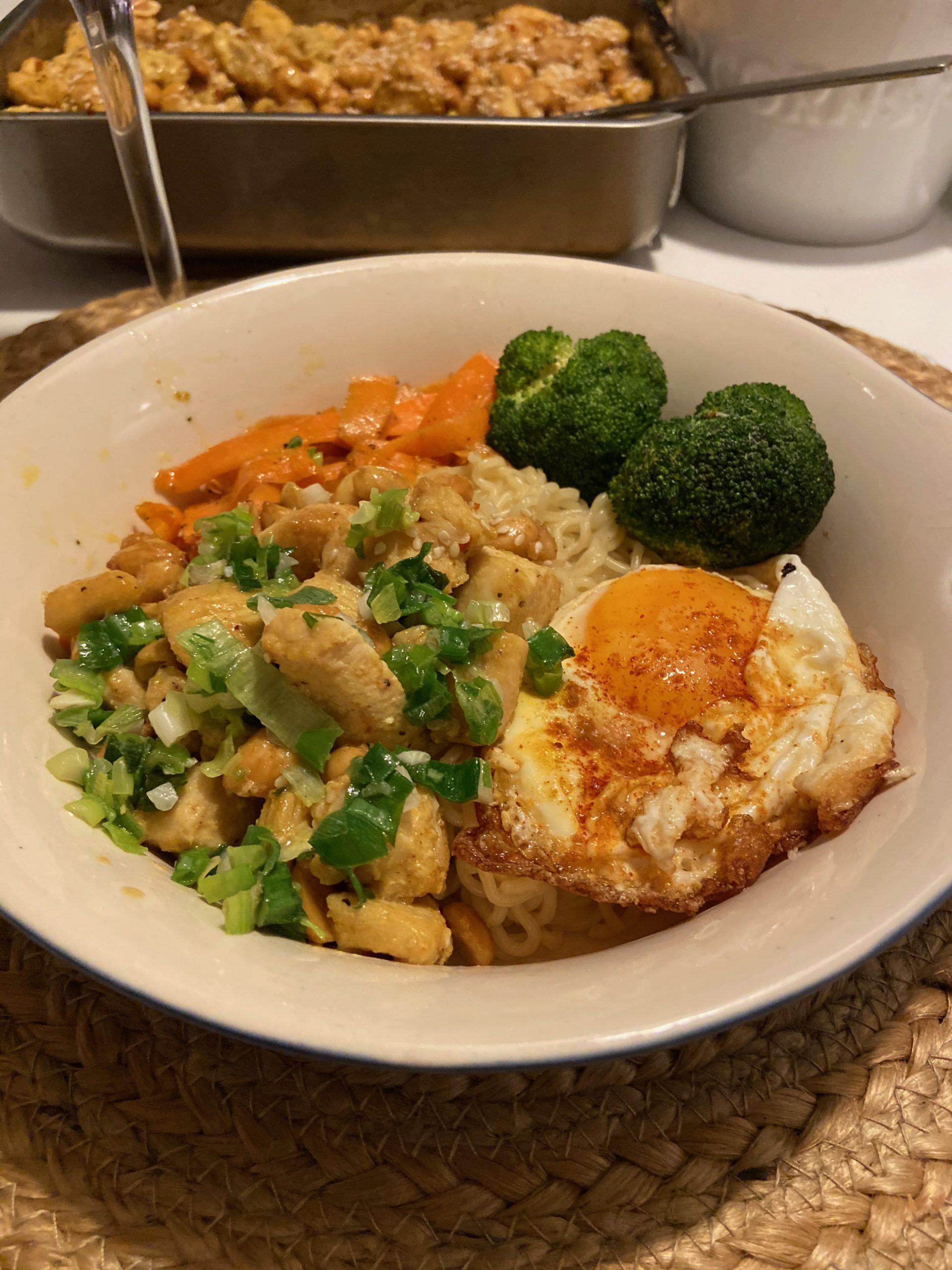 Wokad kyckling med ägg och nudlar